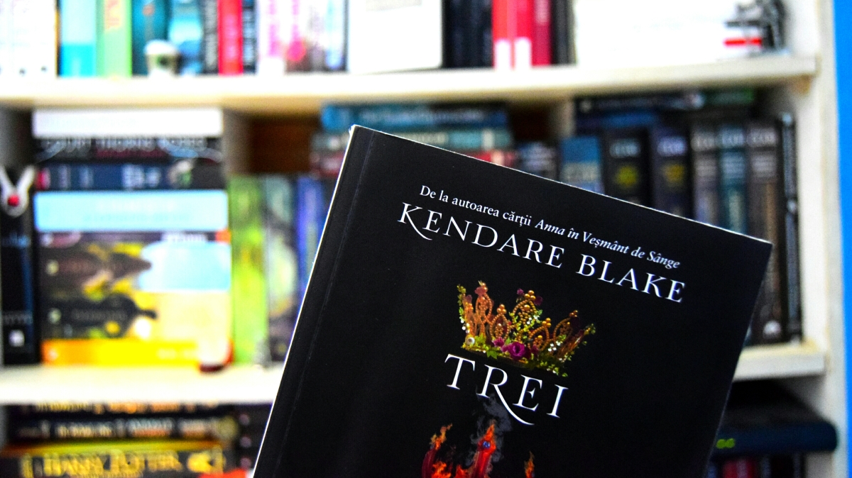 Trei coroane întunecate de Kendare Blake